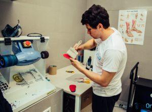 Pracownik ForOrto czyszczący wkładki ortopedyczne dla klienta